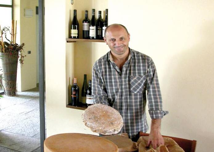 Gianluigi met lokale kaas in Agriturismo Lago Wellness