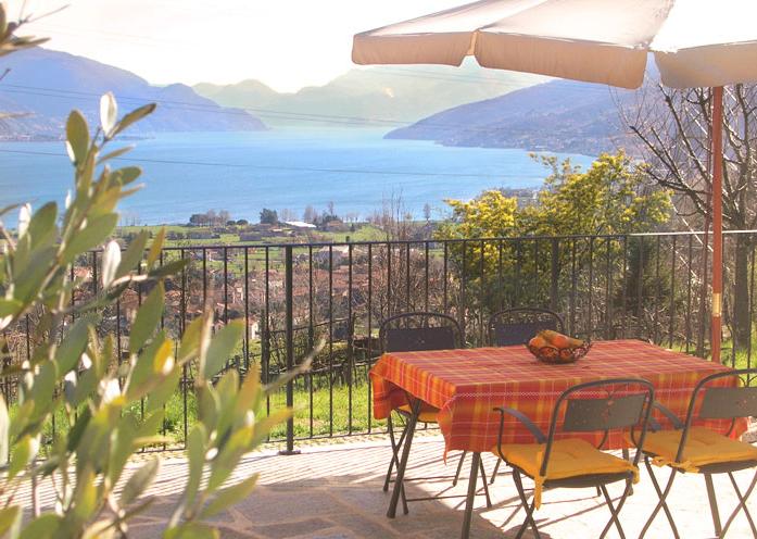 Terras van vakantiehuis Rustico Ronchi