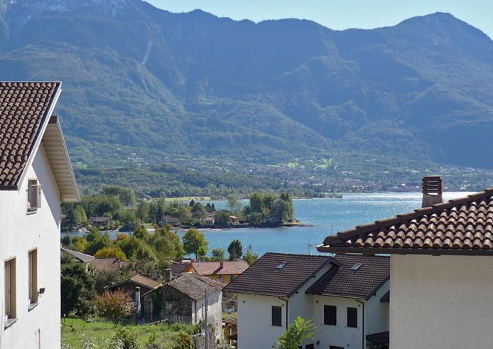 Uitzicht vanaf bovenste balkon villa Tschuetta
