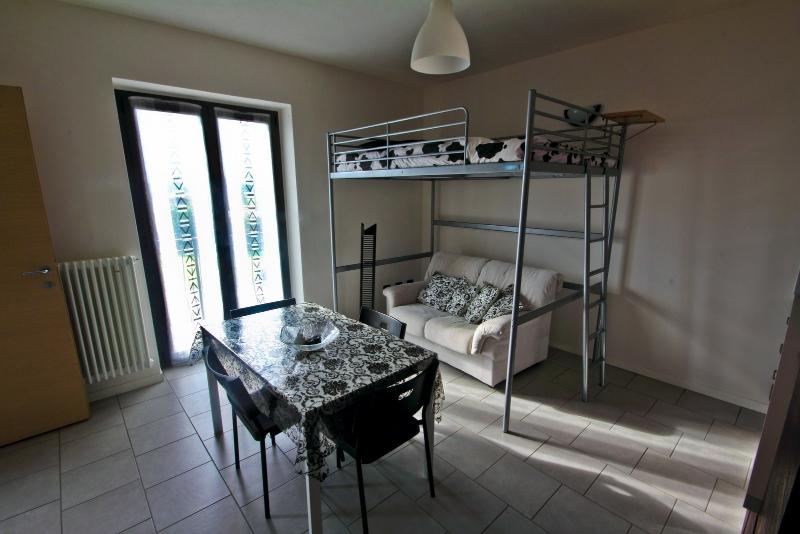 Woonkamer met stapelbed appartement Bianco